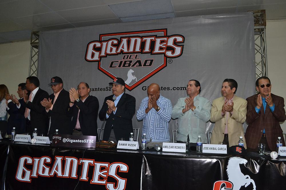 Directivos de los Gigantes y del Cibao, junto a las autoridades locales.