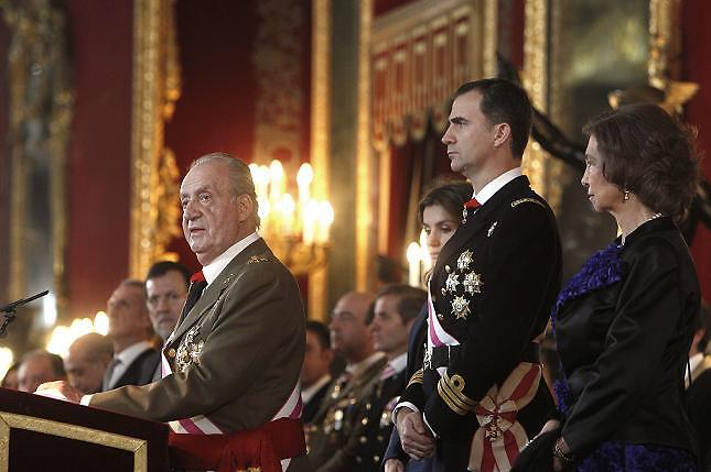 El rey Juan Carlos de Borbón discute con su chófer y le da una tabaná