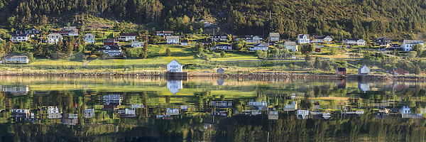 Panoramic view at Remøy, nearby Fosnavåg, Norway. Early morning light with reflections in the sea | Nydelig morgenlys på Remøy, med spegling i sjøen (DigiArt Kay-Åge Fugledal)