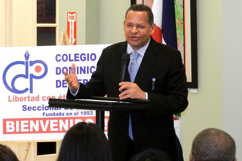 Fausto Rosario Adames, mientras pronuncia unas palabras en el acto.