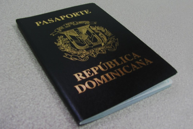 CBP arresta dominicana con pasaportes de RD falsos y visa americana robada
