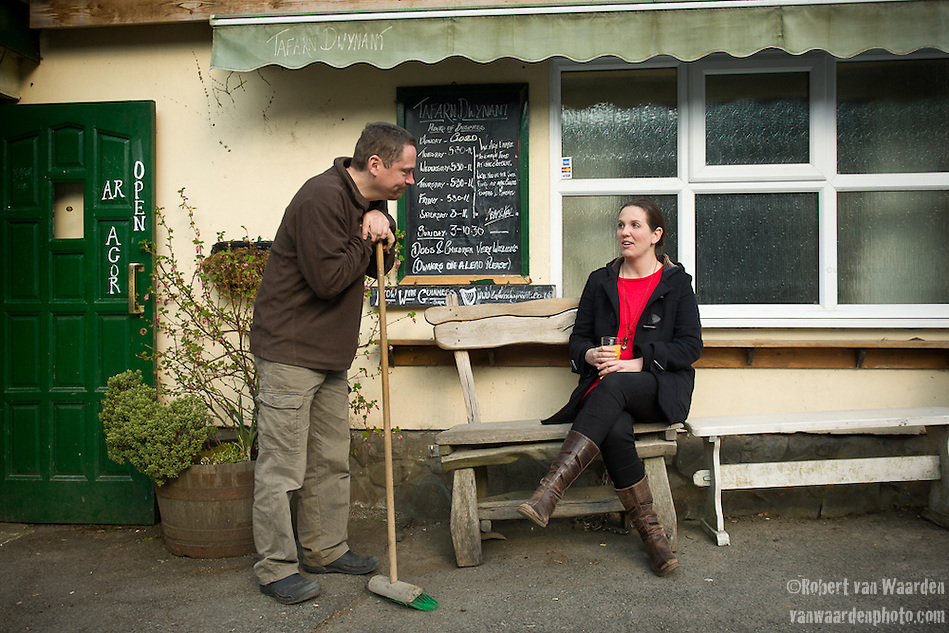 Ruth Chapman (l) talks with the owner of the Tafarn Dwynant in north west Wales. (Robert van Waarden)