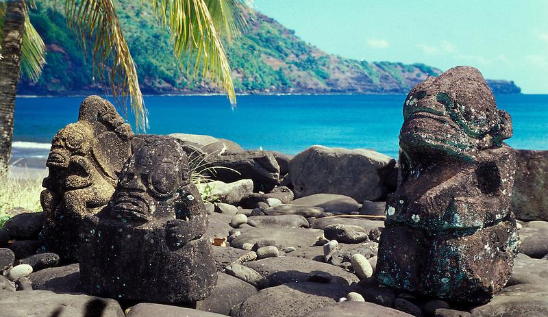 Kleine Steinstatuen am Strand, Nuka Hiva, Französisch Polynesien * Small stone statues at beach, Nuka Hiva, French Polynesia (Michael Runkel)