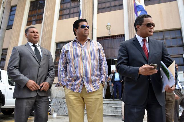 Frank Jorge Elías (centro) con sus abogados.
