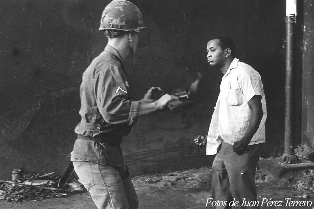 La famosa fotografía de Juan Pérez Terrero que captó el momento exacto en que un ciudadano dominicano se enfrenta a una soldado de Estados Unidos.