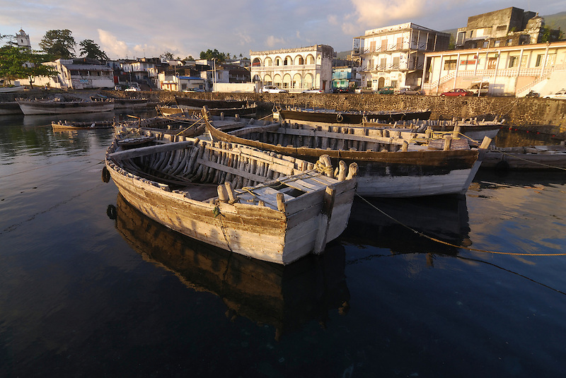 Some wooden boats in the harbour. Comores. Grand Comore. Moroni. (Michael Runkel)