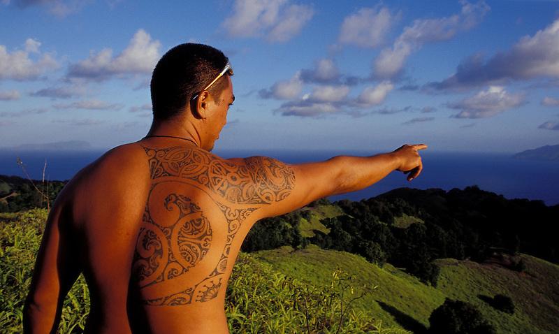 Tätowierter Mann deutet auf die Küste und den Südpazifik, Hiva Oa, Französisch Polynesien * Tatooed man, pointing at coast and South Pacific, Hiva Oa, French Polynesia (Michael Runkel)