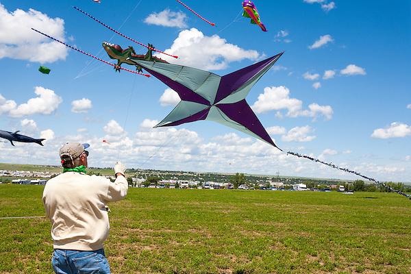 Celebrity flyer Mike Shaw from Bismark, North Kakota. Windscape Kite Festival, Swift Current, Saskatchewan. (Darrell Noakes)