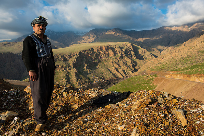 Traditional dressed Kurdish man before the mountain scenery of Ahmedawa on the border of Iran, Iraq Kurdistan (Michael Runkel)
