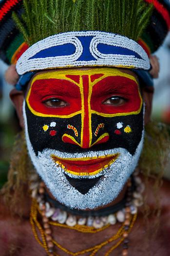 Bunt geschmückte und bemalte Volksstämme feiern das traditionelle Sing Sing in Enga im Hochland von Papua Neu Guinea, Melanesien*Colourful dressed and face painted local tribes celebrating the traditional Sing Sing in Enga in the Highlands of Papua New Guinea, Melanesia (Michael Runkel)