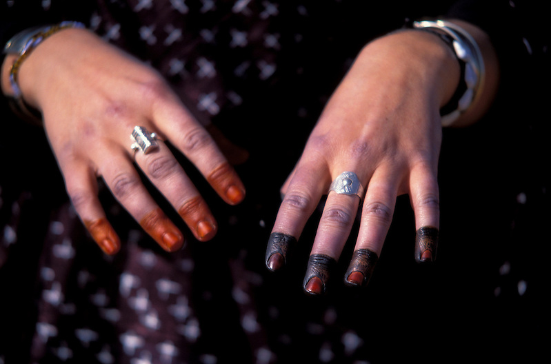 Hände einer Frau mit Bemalung, Fest in Ghat, Libyen, Afrika * Woman's hands with body paintings, henna, festial in Ghat, Libya, Africa (Michael Runkel)
