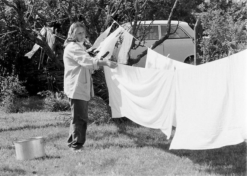 Mor Ester hänger tvätt på Odvalds. (Bernt Lindgren /GRAPHY)